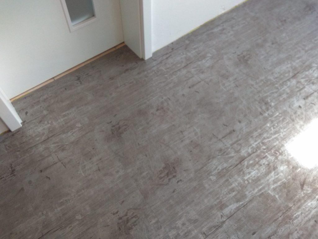metalická podlaha